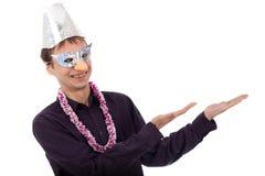 Homem feio engraçado do lerdo com apontar da máscara do partido Imagem de Stock
