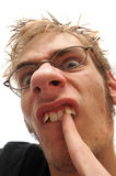Homem feio que escolhe seus dentes curvados Imagens de Stock
