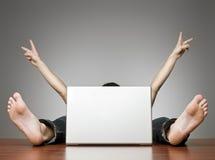 Homem feliz atrás do computador fotografia de stock