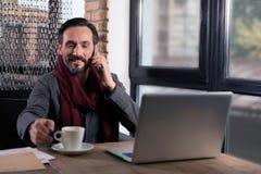 Homem feliz bonito que come o café Imagens de Stock Royalty Free