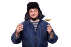 Homem feliz, calmo do russo que oferece uma vodca e um aperitivo, elogios Foto de Stock