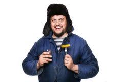 Homem feliz, calmo, louco do russo com vodca e aperitivo Imagens de Stock