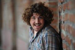 Homem feliz com cabelo curly Imagens de Stock
