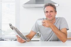 Homem feliz com café e jornal fotos de stock