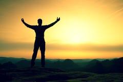 Homem feliz com gesto levantado aberto dos braços do triunfo Satisfaça a silhueta do caminhante foto de stock royalty free
