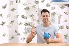 Homem feliz com mealheiro e dinheiro fotografia de stock royalty free