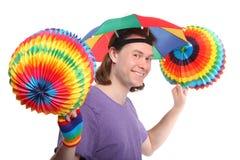 Homem feliz com o guarda-chuva do chapéu do arco-íris Imagens de Stock