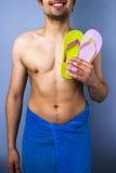 Homem feliz com os flip-flops que vão à praia Fotos de Stock