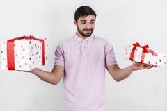 Homem feliz com os presentes no dia especial Fotografia de Stock