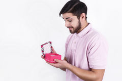 Homem feliz com os presentes no dia especial Fotos de Stock