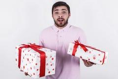 Homem feliz com os presentes no dia especial Imagem de Stock Royalty Free