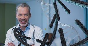 Homem feliz do doutor com as costas do ADN 3D Fotos de Stock Royalty Free