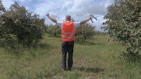Homem feliz do pomar no jardim da maçã filme