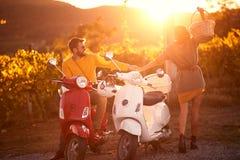 Homem feliz e mulher no 'trotinette' que apreciam na viagem por estrada rom?ntica foto de stock