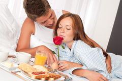 Homem feliz e mulher que comem o pequeno almoço Fotografia de Stock Royalty Free