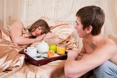 Homem feliz e mulher que comem o pequeno almoço do hotel de luxo Imagens de Stock Royalty Free