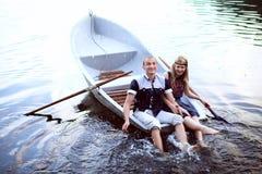Homem feliz e mulher que espirram na água fotografia de stock