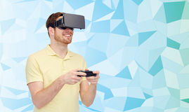 Homem feliz em auriculares da realidade virtual com gamepad Fotos de Stock Royalty Free