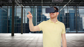 Homem feliz em auriculares da realidade virtual ou em vidros 3d Fotos de Stock