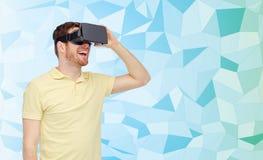 Homem feliz em auriculares da realidade virtual ou em vidros 3d Foto de Stock Royalty Free