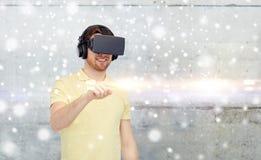 Homem feliz em auriculares da realidade virtual ou em vidros 3d Fotografia de Stock