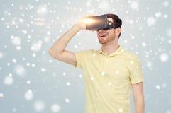 Homem feliz em auriculares da realidade virtual ou em vidros 3d Imagem de Stock Royalty Free