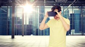 Homem feliz em auriculares da realidade virtual ou em vidros 3d Fotografia de Stock Royalty Free