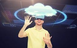 Homem feliz em auriculares da realidade virtual ou em vidros 3d Imagens de Stock