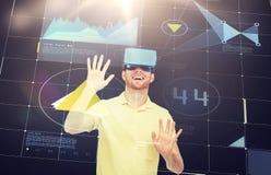 Homem feliz em auriculares da realidade virtual ou em vidros 3d Imagem de Stock