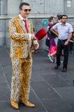 Homem feliz fora da estação da rua do Flinders após Melbourne Cup fotografia de stock royalty free