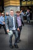 Homem feliz fora da estação da rua do Flinders após Melbourne Cup Imagens de Stock Royalty Free
