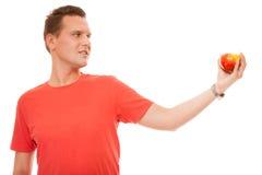 Homem feliz na camisa vermelha que guarda a maçã Nutrição saudável dos cuidados médicos da dieta Imagem de Stock