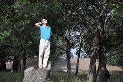Homem feliz na floresta do carvalho Imagens de Stock