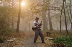 Homem feliz na floresta do outono fotos de stock