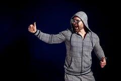 Homem feliz na moda no terno e em óculos de sol à moda do esporte fotografia de stock royalty free