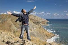 Homem feliz na montanha fotos de stock royalty free