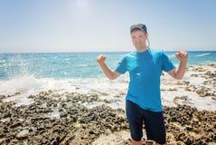 Homem feliz na praia Exulta a um sucesso da vitória, mãos acima Cuba, playa Ankon Trinidad Caribbean Sea imagem de stock