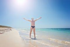 Homem feliz na praia Exulta a um sucesso da vitória, mãos acima Cuba, playa Ankon Trinidad Caribbean Sea foto de stock