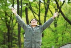 Homem feliz no Central Park fotos de stock