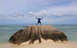 Homem feliz no feriado na ilha tropical fotografia de stock