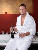 Homem feliz no Jacuzzi com vidros de vinho Fotos de Stock Royalty Free
