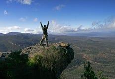 Homem feliz no pico Fotos de Stock Royalty Free