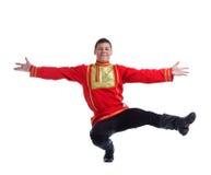 Homem feliz no traje russian que executa a dança imagens de stock