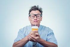 Homem feliz nos vidros que bebe de um copo de papel com uma palha, olhos fechados com prazer foto de stock royalty free