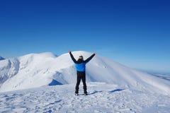 Homem feliz novo na parte superior de Kopa Kondracka durante o inverno, Zakopane, montanhas de Tatry, Polônia imagem de stock royalty free