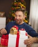 Homem feliz presentes recebidos Imagem de Stock Royalty Free