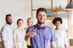 Homem feliz que aponta o dedo em você sobre a equipe do escritório Imagem de Stock Royalty Free