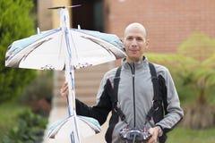Homem feliz que aprecia Airplane modelo Fotografia de Stock