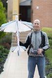 Homem feliz que aprecia Airplane modelo Fotografia de Stock Royalty Free