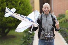 Homem feliz que aprecia Airplane modelo Imagens de Stock Royalty Free